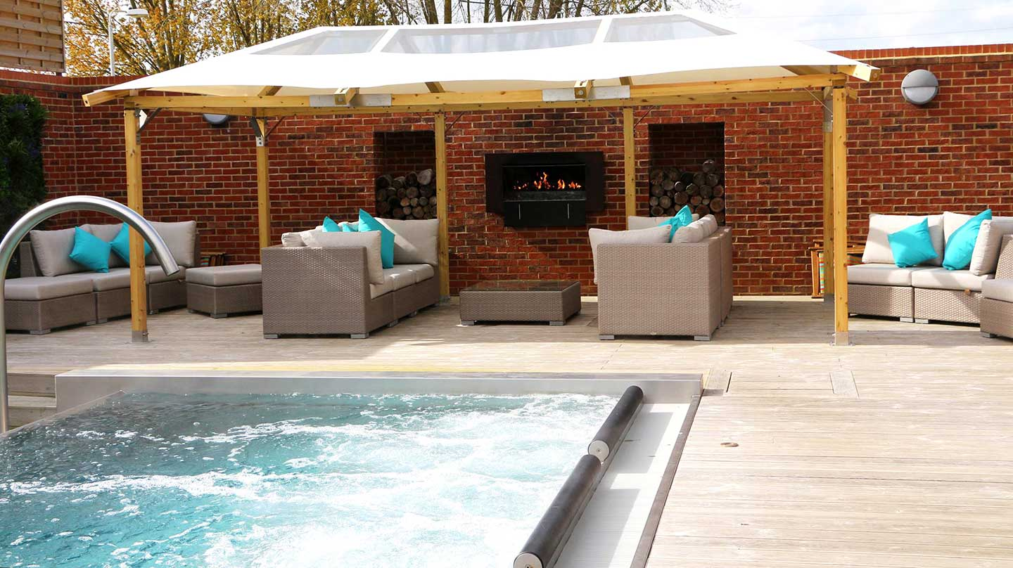 16-outdoor-spa-lounge-area-GSG