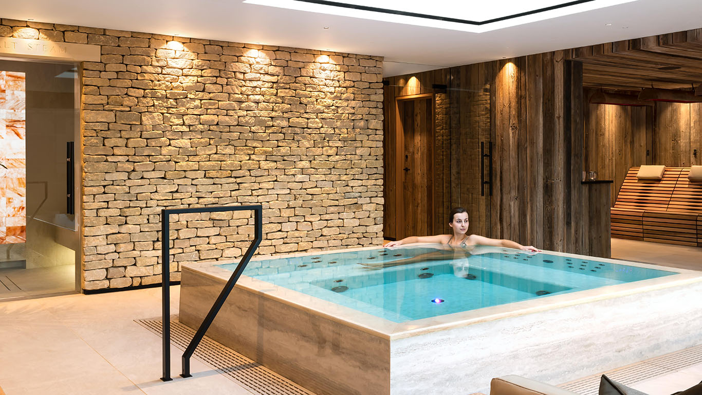 Homefield_Grange_Spa-Iwoman_in_pool
