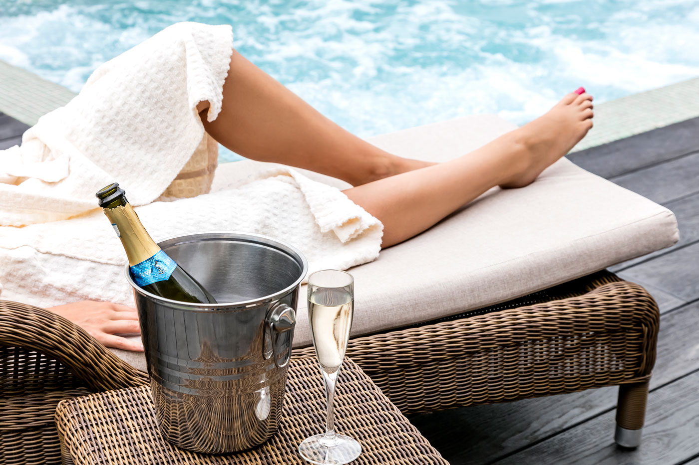 Legs-lounger-and-fizz-lo-res