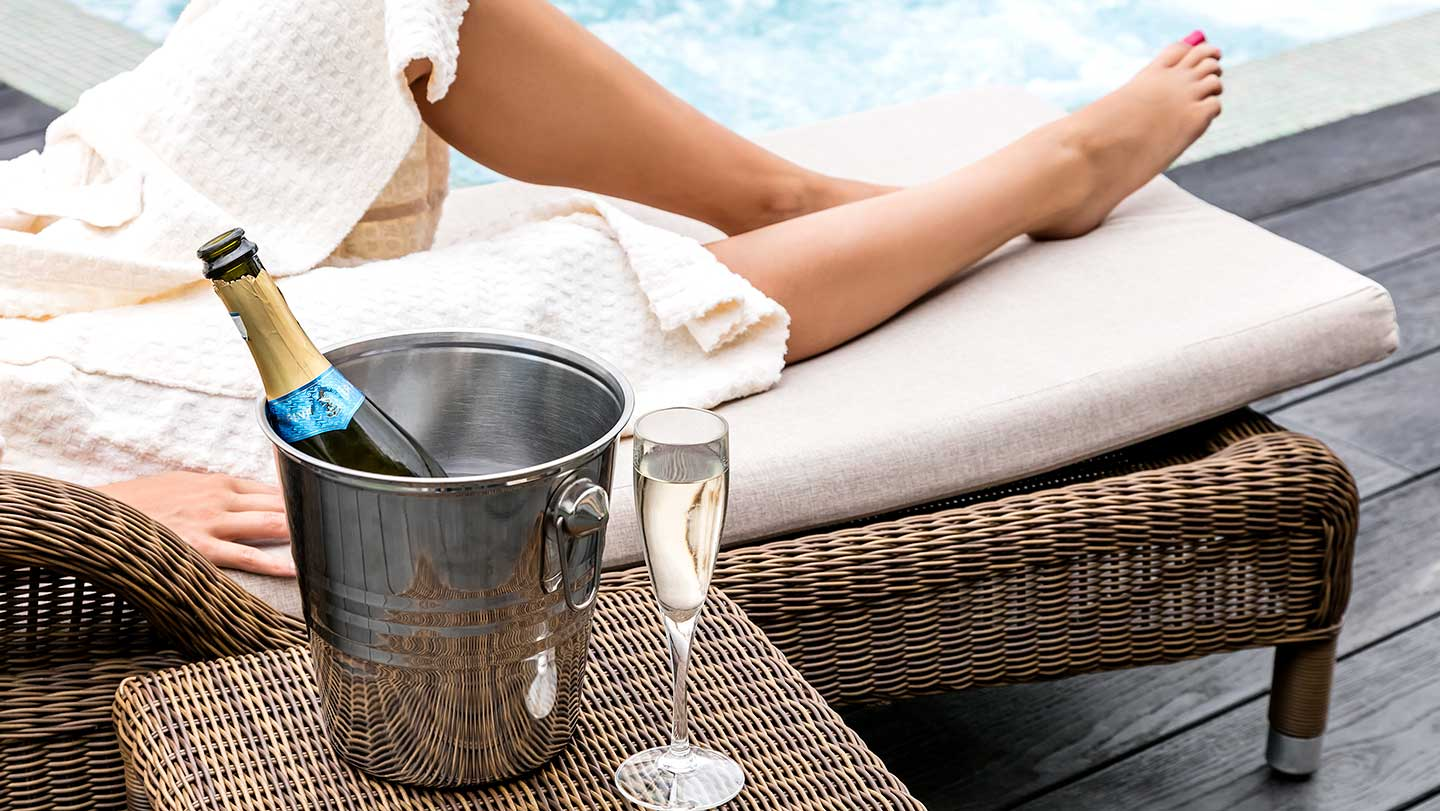Legs-lounger-and-fizz