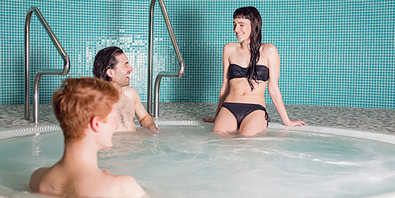 SE-Ken-hot-tub