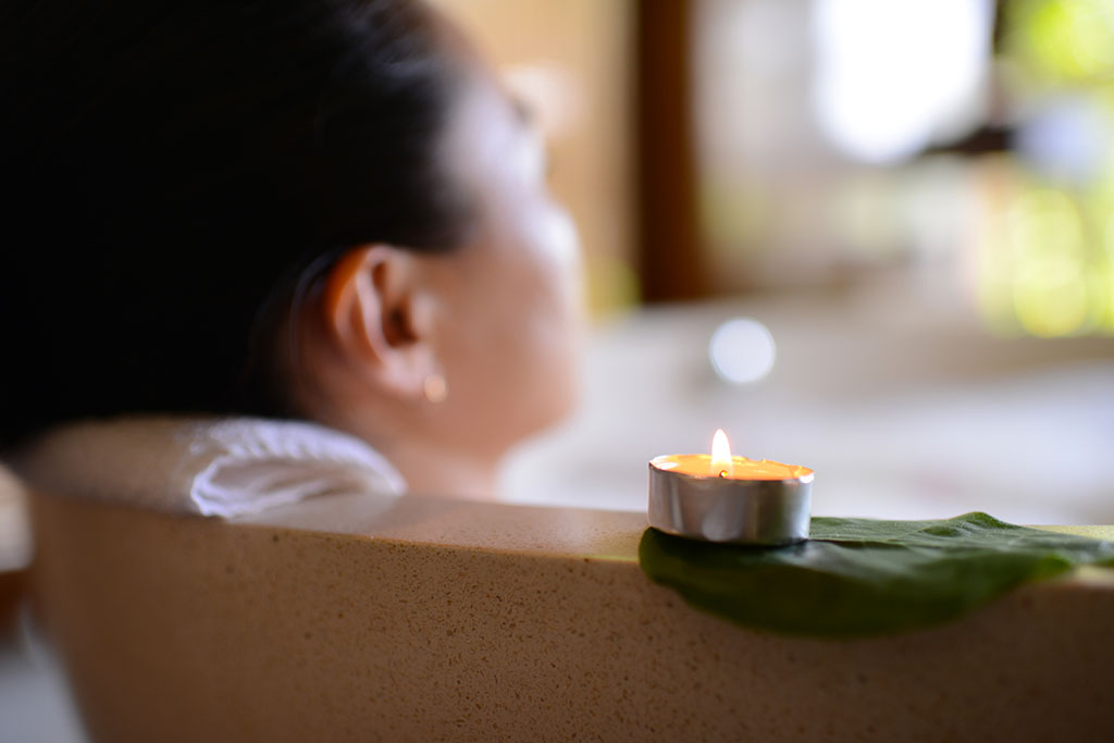 woman_candle_bath